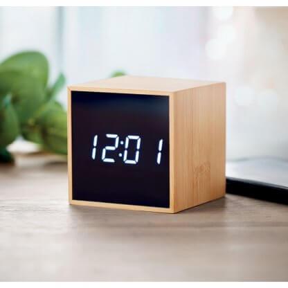 Horloge Et Réveil LED En Bambou MARA En Situation